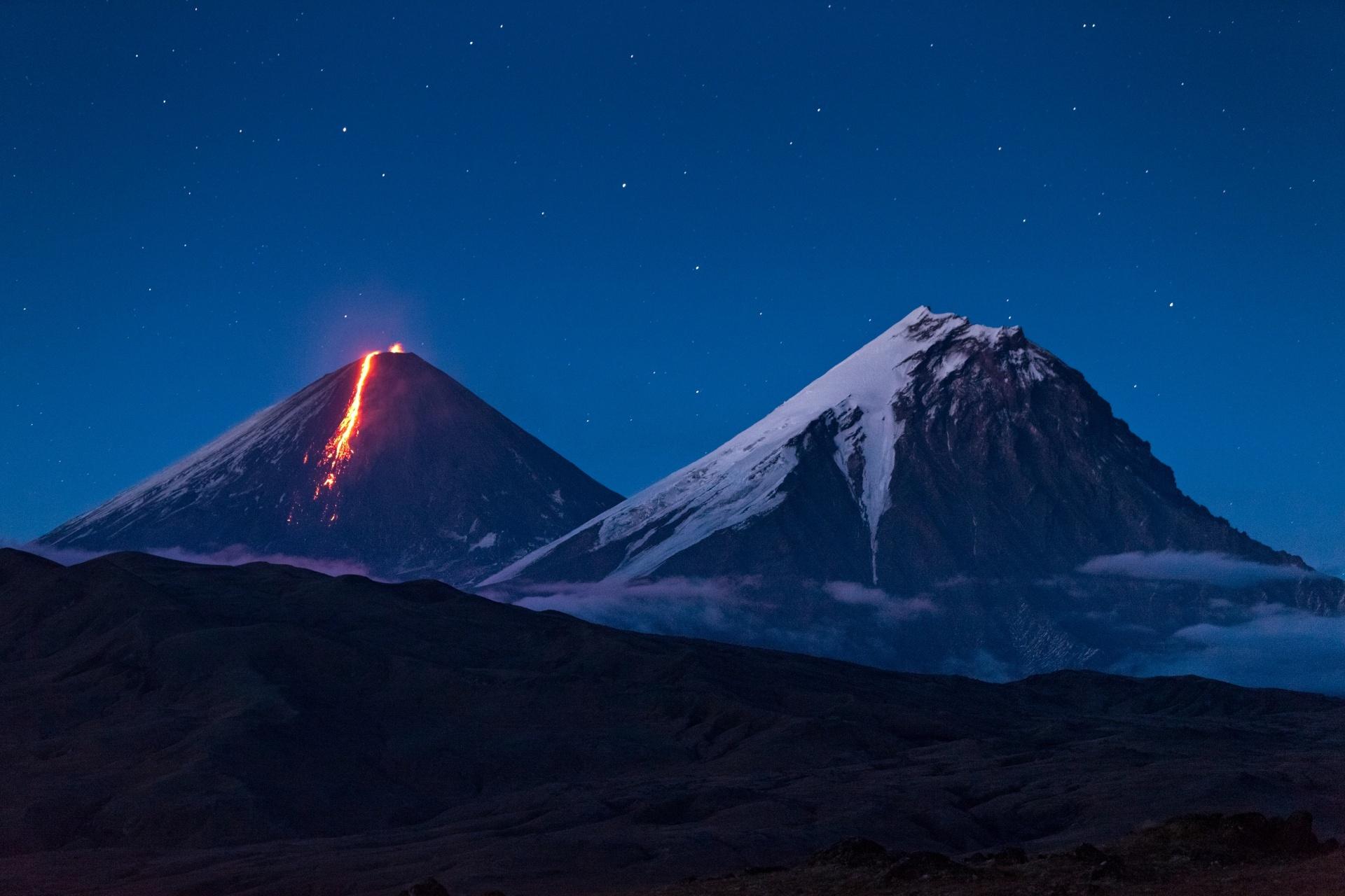 夜の火山 カムチャツカ半島 ロシアの風景