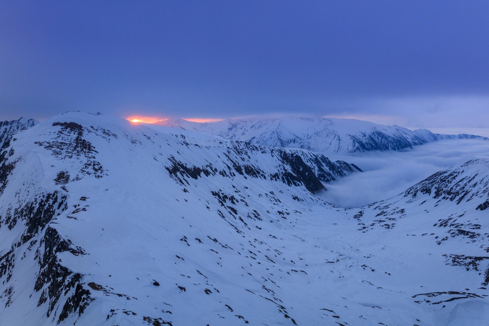 夜明け前のファガラシュ山脈 ルーマニアの風景