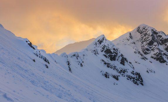 冬の夕暮れのレテザット山脈 ルーマニアの風景