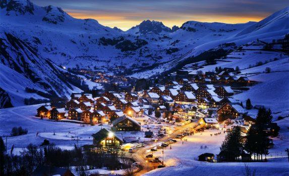 冬の夜のアルプスのスキーリゾートの風景 フランスの風景