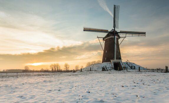風車と冬の夕暮れの風景 オランダの風景