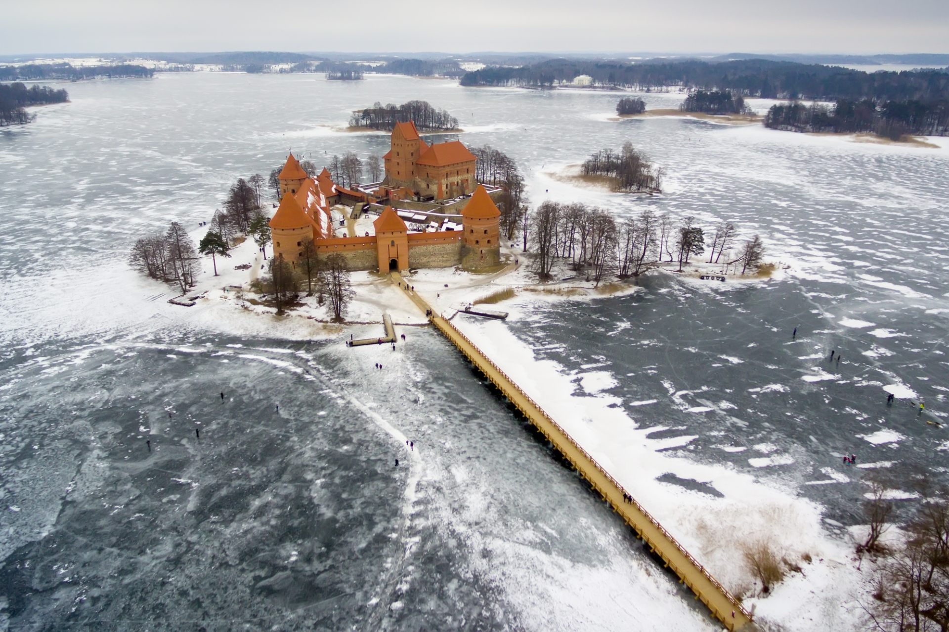 冬のガルヴェ湖とトラカイ城 リトアニアの風景