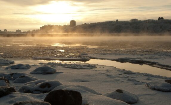 冬のサスカチュワン川 カナダの風景