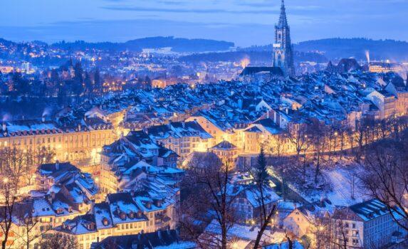 冬の夕暮れのベルン 旧市街の町並み スイスの風景