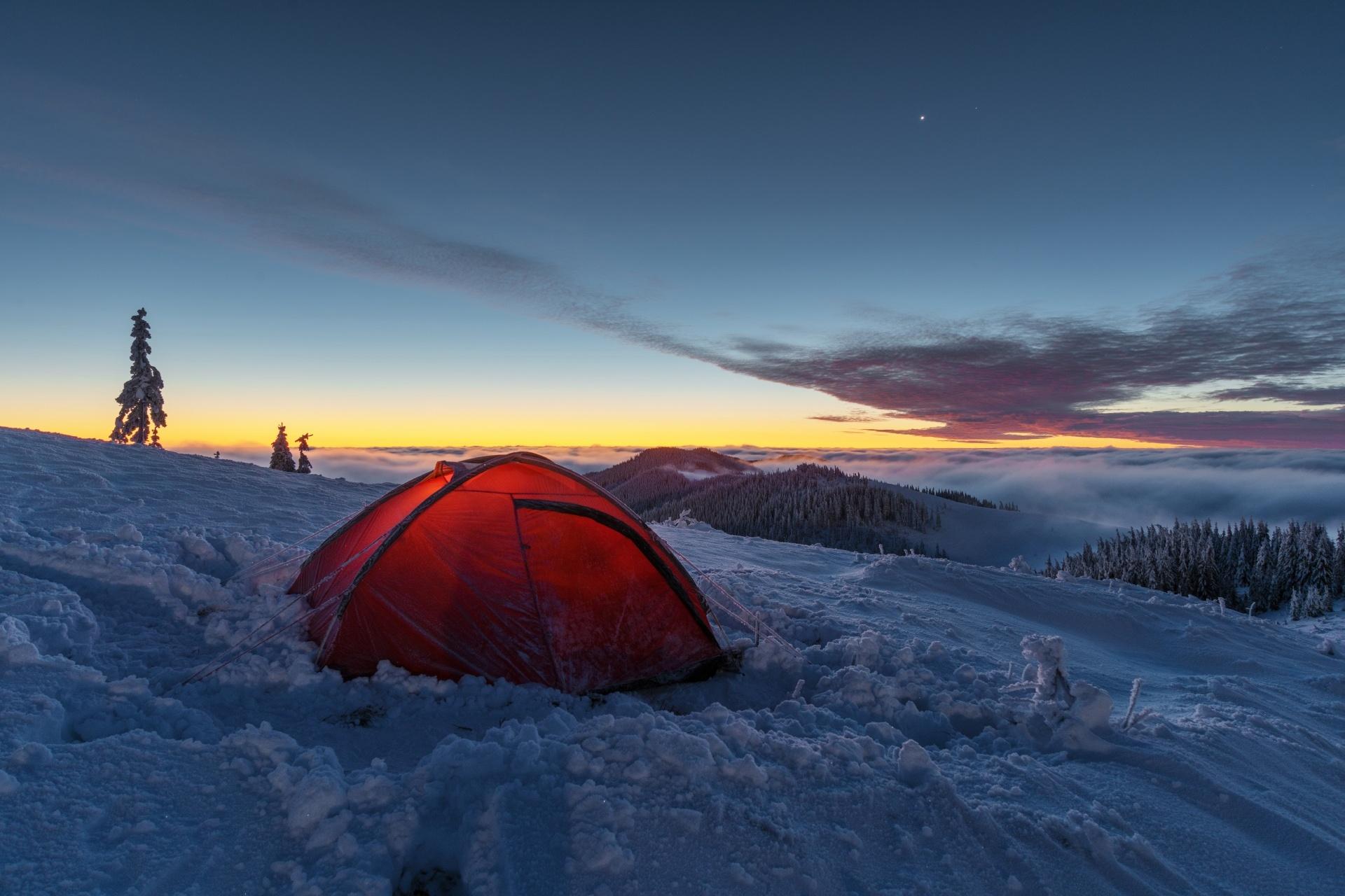 冬の夜明けのカルパティア山脈 ウクライナの風景