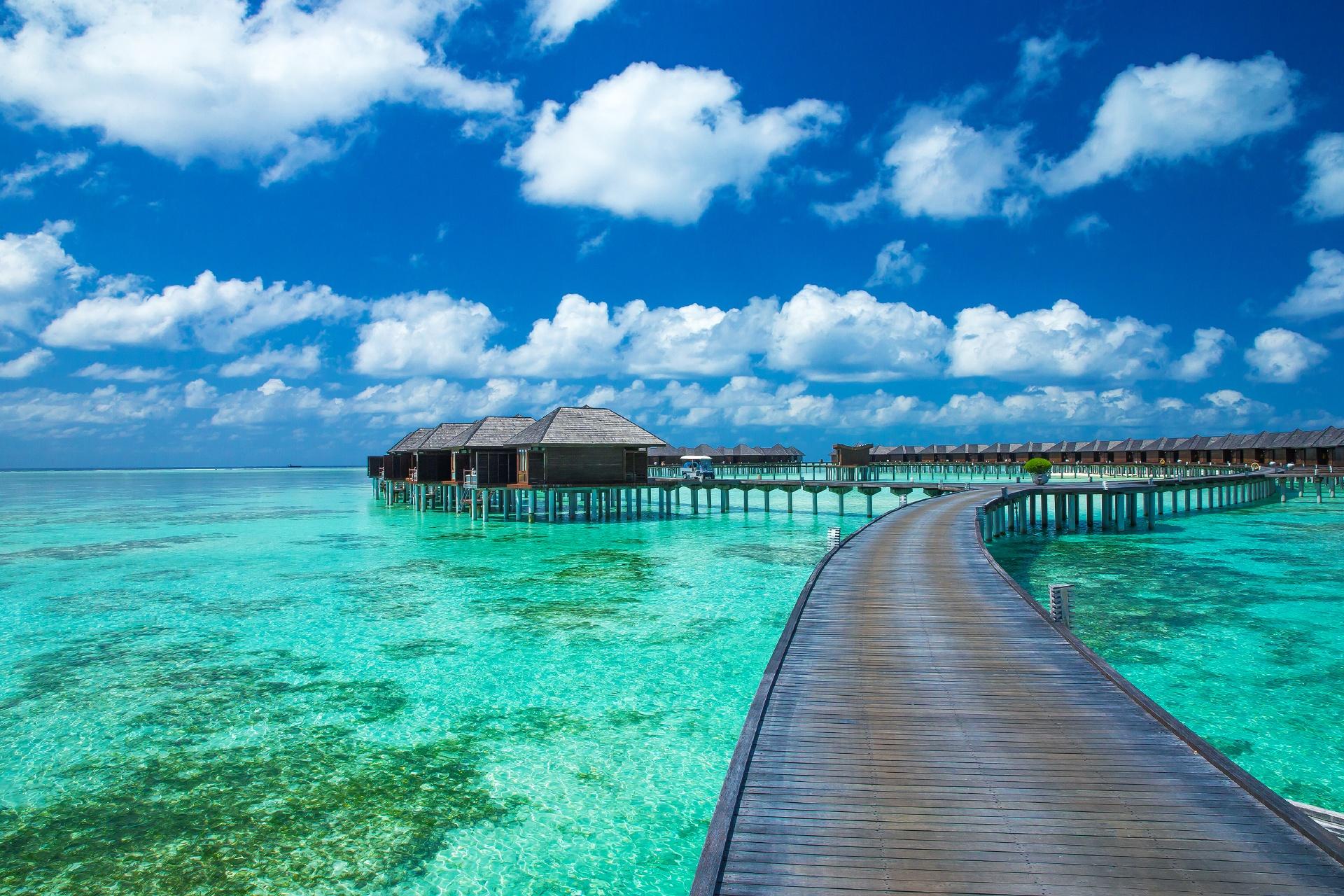 水上バンガローと美しい海 モルディブの風景