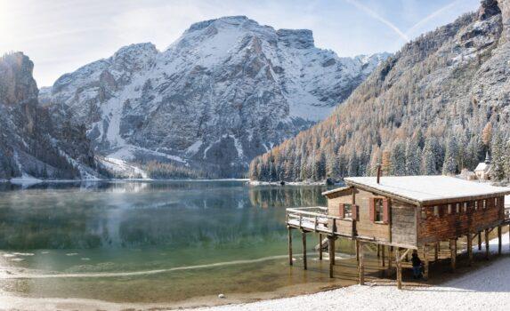 雪のブラーイエス湖 イタリアの風景