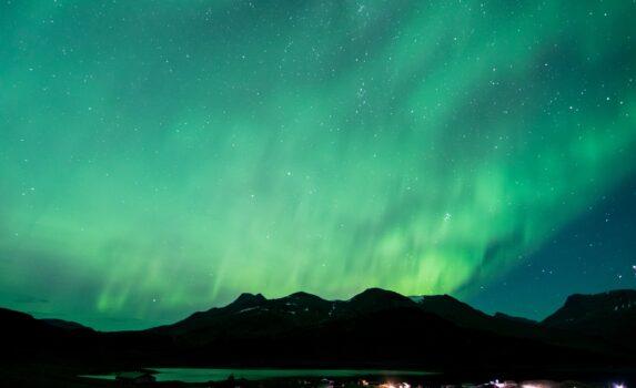 夜空に広がるオーロラ グリーンランドの風景