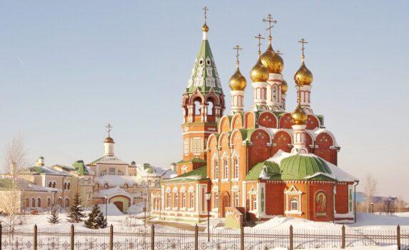 雪の中で輝く正教会 ロシアの風景