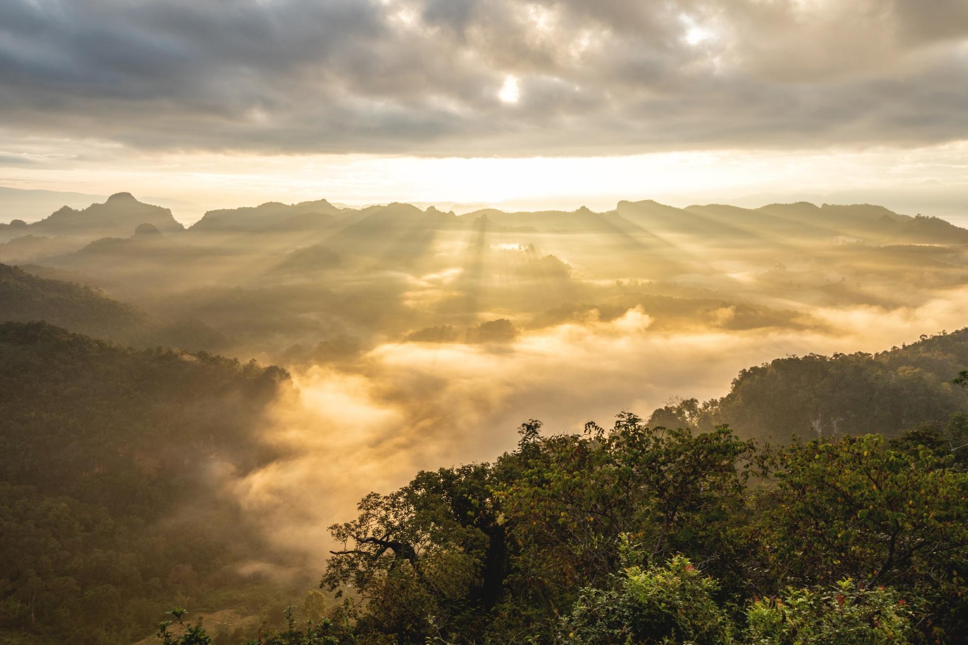 幻想的な雲海と光の風景 メーホンソーン タイの風景