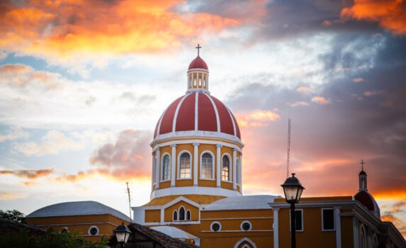 夕暮れのグラナダの大聖堂 ニカラグアの風景