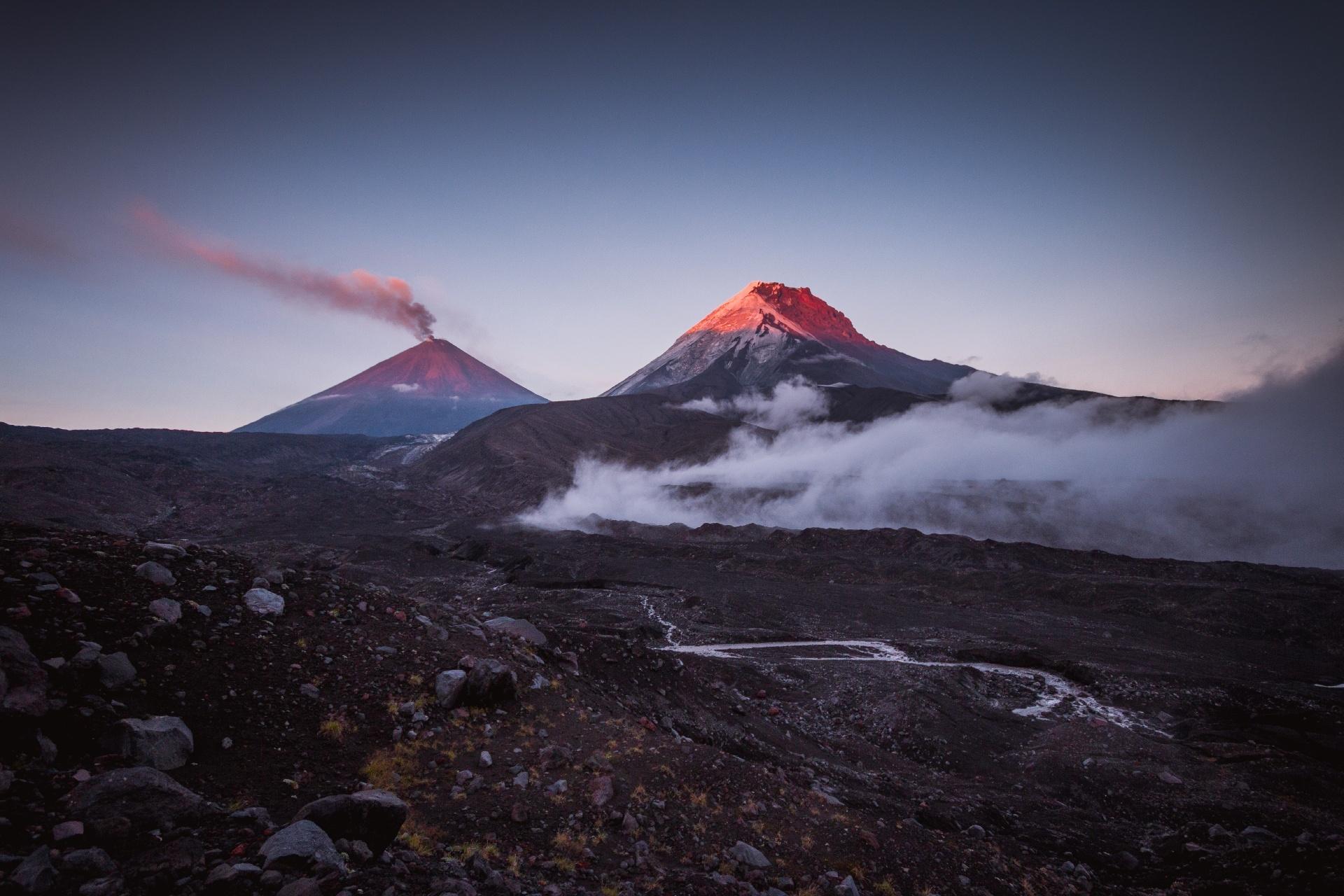 カーメン火山とクリュチェフスカヤ山 ロシアの風景