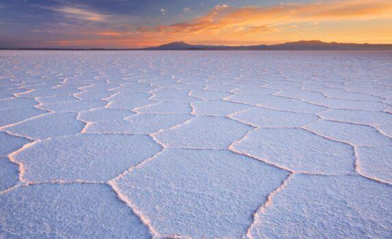 日の出のウユニ塩湖 ボリビアの風景