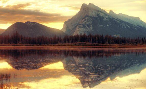 ヴァーミリオン湖の日の出 カナダの風景