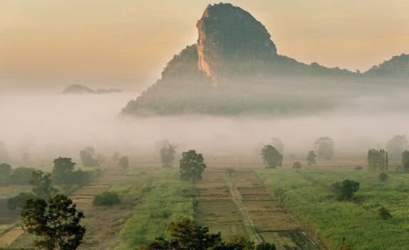 朝霧とワットタムエラワン タイの風景