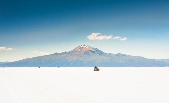 ウユニ塩湖とトゥヌパ火山 ボリビアの風景