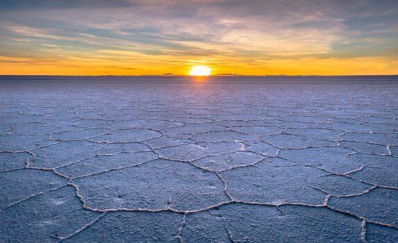ウユニ塩原の朝日 ボリビアの風景