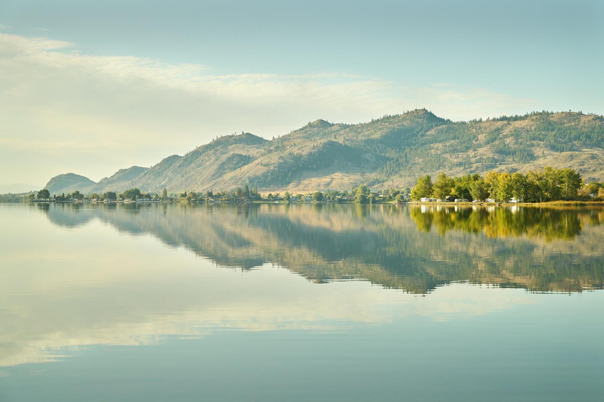 朝のオソイヨーズ湖 カナダの風景