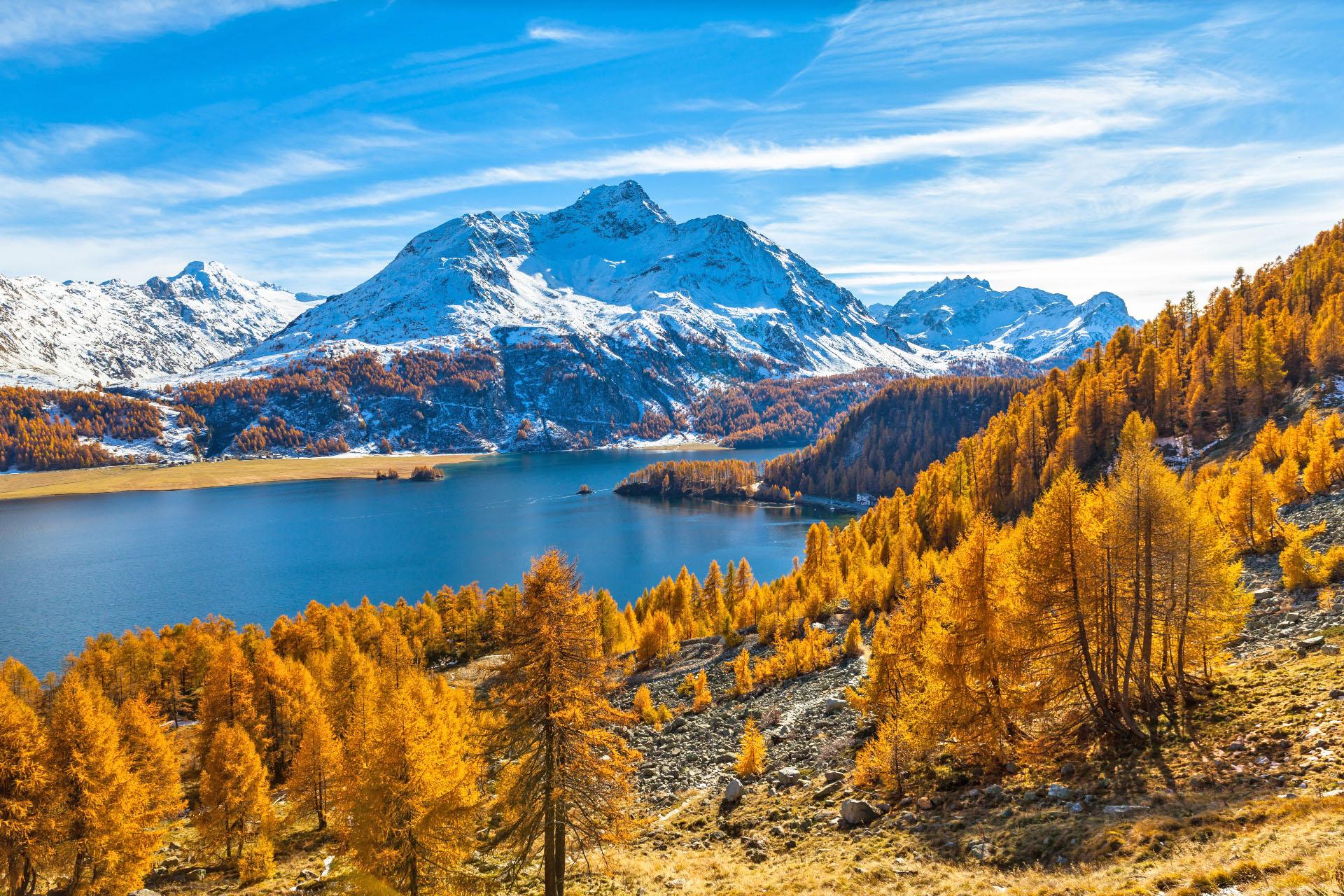 秋のシルス湖とスイスアルプス・ベルニナの山並み スイスの風景