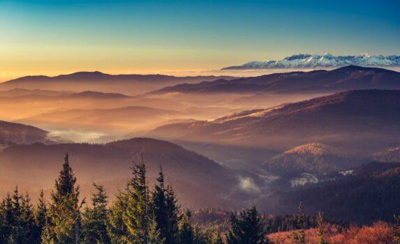 朝日を浴びて輝く山々と雪を抱くタトラ山脈 ポーランドの風景