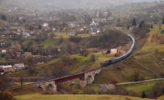 鉄道と秋の田園風景 ウクライナの秋の風景