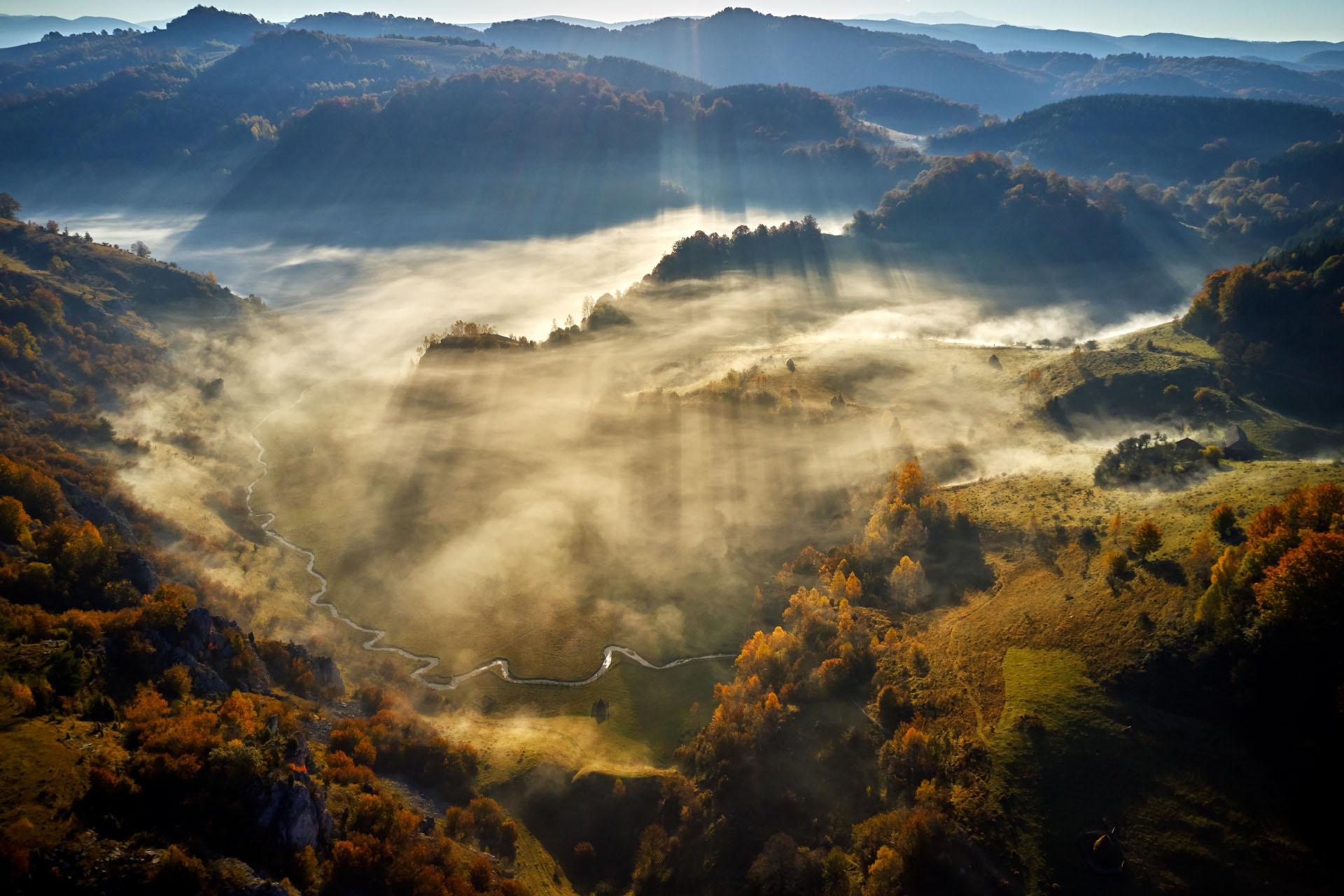 朝霧の山並み ルーマニアの風景