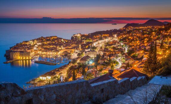 夕暮れのドゥブロヴニクの町並みとアドリア海 クロアチアの風景